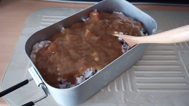 ご飯とフタの上であたためたレトルトカレー