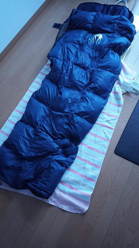 寝るときは寝袋の下に電気敷き毛布