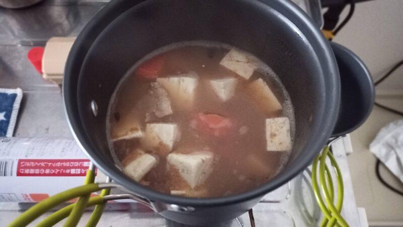 さばの味噌煮缶、ニンジン、豆腐、だし汁で作った味噌汁