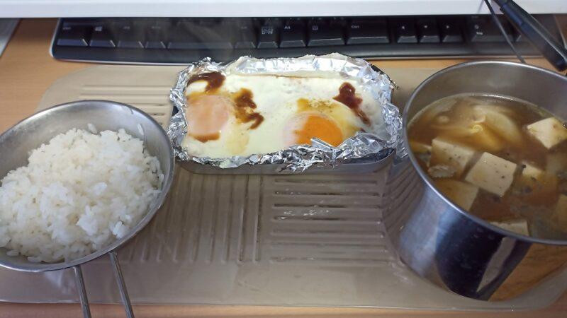 ご飯と目玉焼きとサバ水煮缶の鍋