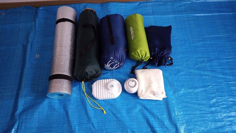テントなどの荷物をまとめた写真