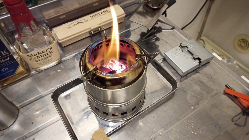ウッドストーブで焚き火してるところ