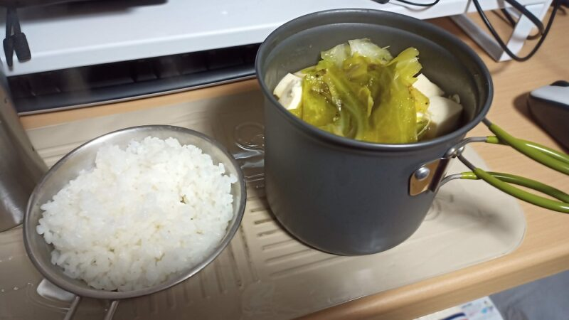 キャベツと豆腐と大根と豚肉の鍋物と白ごはん