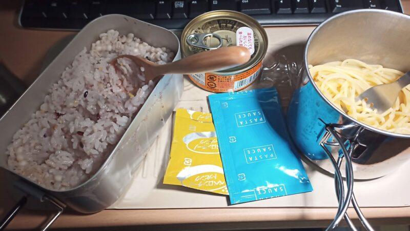 15穀米のごはんと缶詰のカレー、ペペロンチーノのソースをかけたパスタ