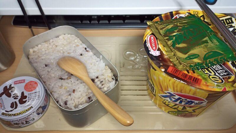 今日のご飯。15穀米のごはんと焼き鳥の缶詰、カップ麺。