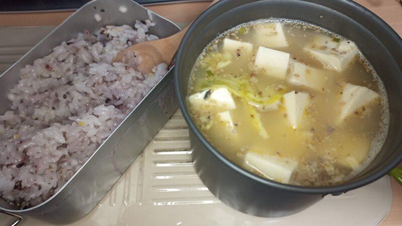 豆腐とキャベツが余ってたので、サバ缶を足して鍋を作りました
