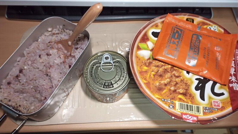 8日のご飯は、カップ麺(すみれ)とサバの味噌煮缶、15穀米のごはん