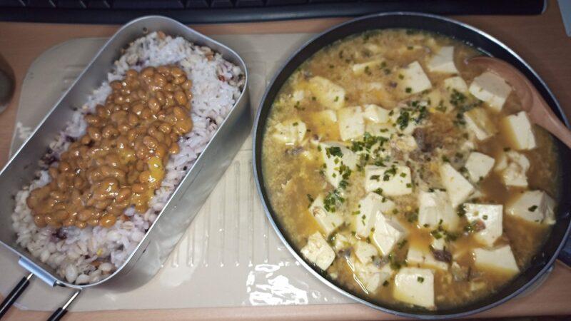納豆ご飯と、玉子と豆腐とサバ缶(味付け)の煮物
