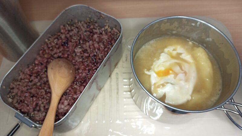 5月1日の夕食。15穀米とすいとん入りのわかめの味噌汁